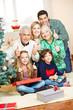Familie zu Weihnachten hält Daumen hoch