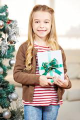 Mädchen hält Geschenk an Weihnachten
