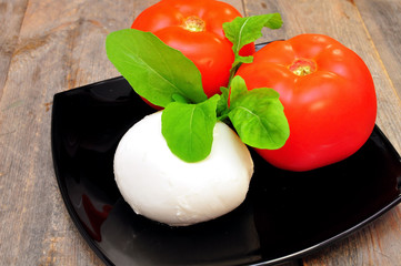 prepared the ingredients for the salad caprese