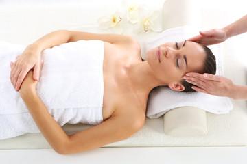 Masaż skroni. Kobieta w salonie spa