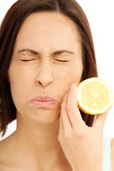 Frau ist Sauer wie eine Zitrone