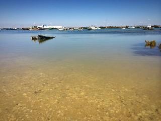 Gesunkenes Fischerboot in Hafeneinfahrt Sancti Petri