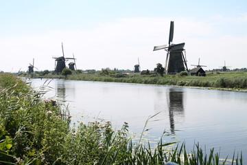 Molinos de viento en un canal de Holanda