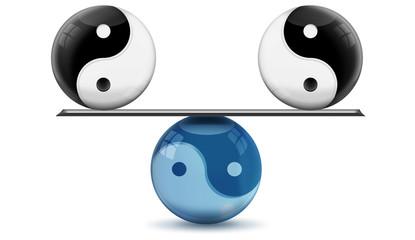 Yin und Yang auf Waage im Gleichgewicht, freigestellt
