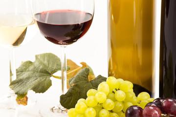 Rotwein und Weisswein mit Trauben und Weinflasche