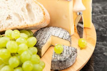 Käseplatte mit Weintrauben und Weissbrot