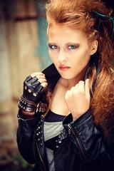 Девушка панк  в  развалинах