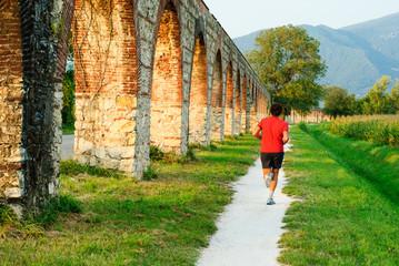 Persona che corre, Acquedotto Mediceo di Pisa,
