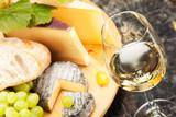 Weisswein mit Käseplatte Trauben und Weissbrot