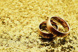Wedding bands on gold glitter with copy space - 70035867