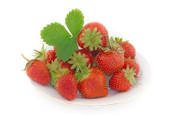 panier de fraises bio sur fond blanc