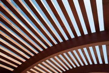 Architektonische Konstruktion aus Holzlatten