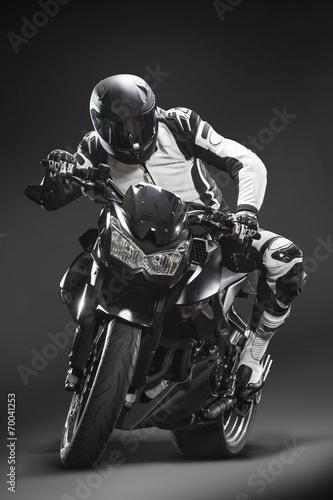 motocyklista-przed-czarnym-tle-01