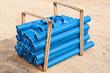 Ein Bündel blaue Rohre aus Kunststoff - HS-Rohr