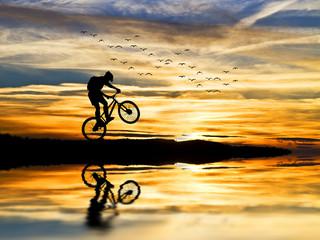 corriendo con la bici en el lago
