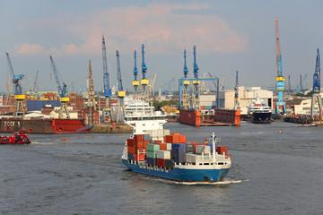 Feeder im Hafen Hamburg