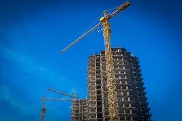 Building crane and building under construction