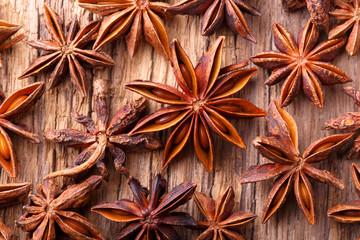 Food Hintergrund - Anissterne auf Holz - Gewürze