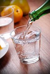versare acqua fresca nel bicchiere di vetro