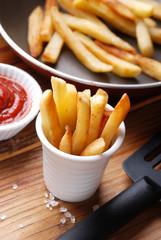 porzione patate fritte con ketchup