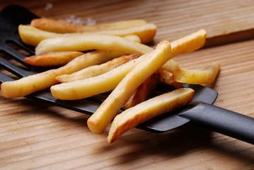 patate fritte sul tavolo di legno