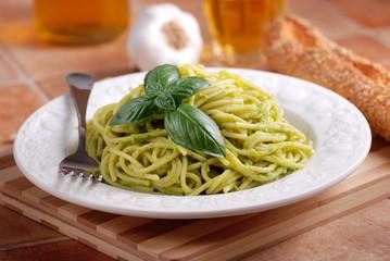 spaghetti al pesto con foglia di basilico