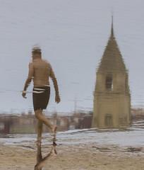 Hombre paseando por la orilla de la playa