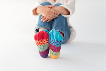 カラフルな靴下を履く少女