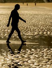 Hombre caminando por la playa
