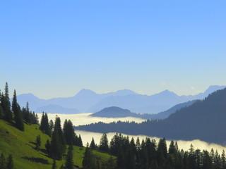 Berge, Herbst, Nebel im Tal