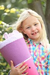 Portrait Mädchen mit Schultüte