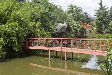 """Пешеходный мостик в парке ресторана """"Озеро Дивное"""". Сочи"""