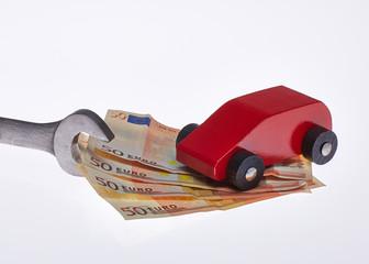 Auto auf Geld mit Schraubenschlüssel