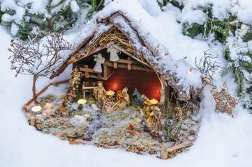 Krippe im frischen Schnee