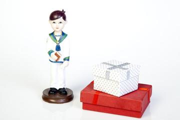 Figura de primera comunión junto a regalos