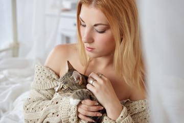 blonde Frau streichelt Katze