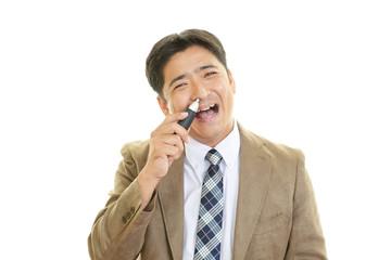 鼻毛を整える男性