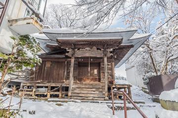 冬の雪に覆われた上山の薬師堂