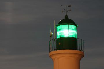 Sommet du phare vert de la petite jetée de nuit