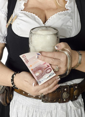 Wiesn Bedienung mit Geldbeutel kassiert 10 Euro pro Mass