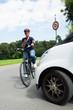 Leinwanddruck Bild - frau telefoniert auf dem fahrrad