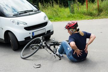 frau hat starke schmerzen nach einem unfall