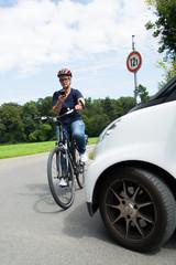 frau telefoniert auf dem fahrrad