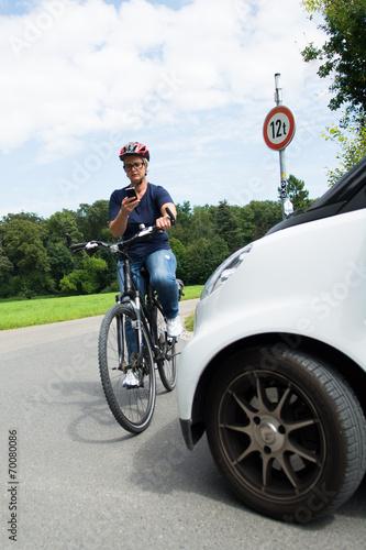 Leinwanddruck Bild frau telefoniert auf dem fahrrad
