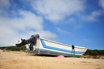 Barca con motor en la playa, sur de España