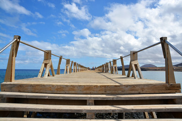 escaleras de un malecon de madera