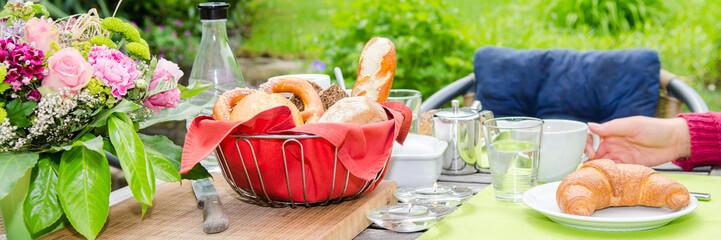 gedeckter frühstückstisch mit croissant