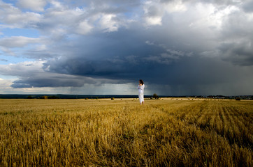 девушка в поле сена