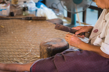 Bamboo slice and sharpen for umbrella making