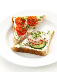 Toastbrot mit Frischkäse und Gemüse